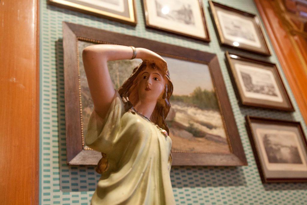 Naishahmoa esittävä patsas. Taustalla tauluja museon seinällä.