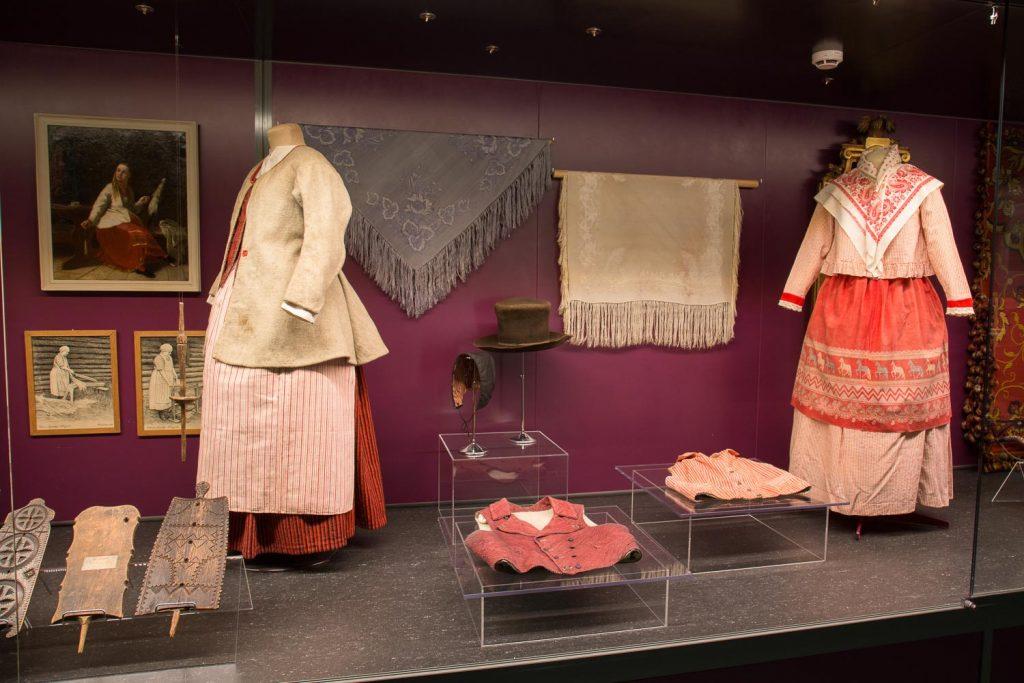 Viipurilaisia tekstiilejä esillä näyttelyssä.