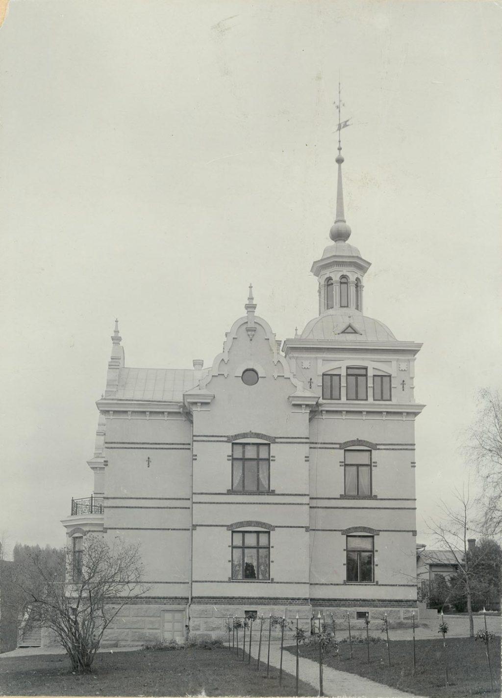 Vanhan Kartano-rakennuksen päätysivu ja torni.