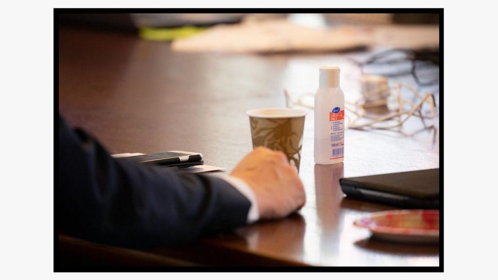 Lahden kaupungin koronakoordinaatiotyöryhmän kokouksessa on pöydällä tarjolla kahvia ja käsidesiä.