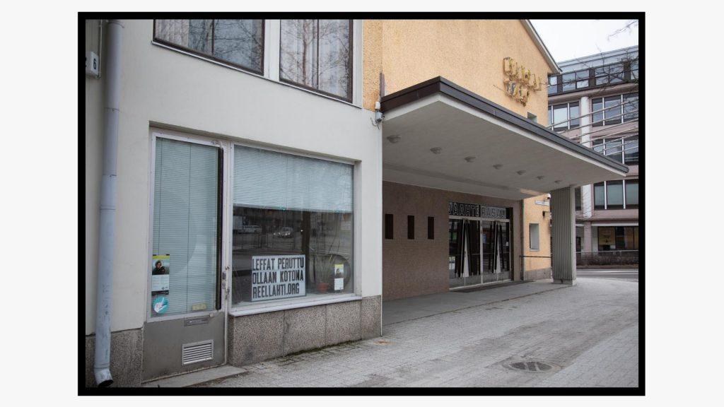 """""""Leffat peruttu, ollaan kotona"""" -kyltti elokuvateatterin ikkunassa Aleksanterinkadulla."""